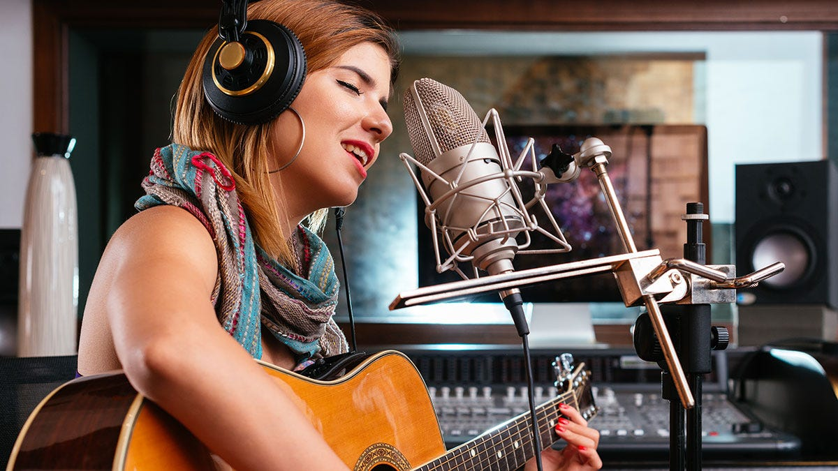 Девушки в студии звукозаписи