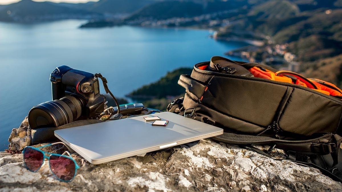 Stylish Camera Shoulder Bag to carry a DSLR Camera 1 standard zoom lens