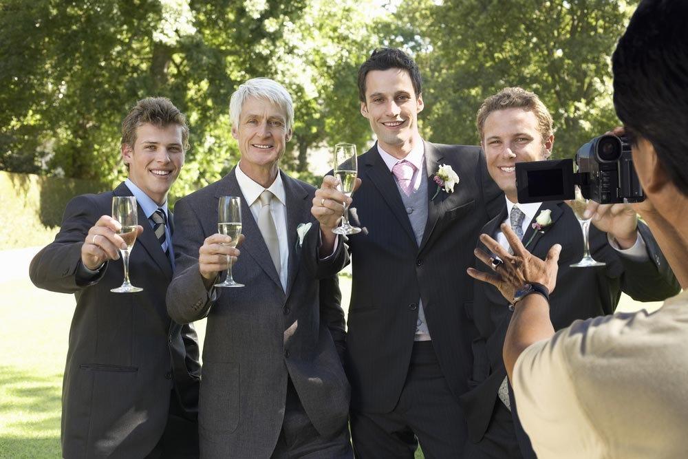 Photographe de mariage réalisant des garçons d'honneur pour la photo