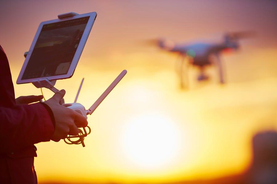 Человек летает беспилотный с дистанционным контроллером