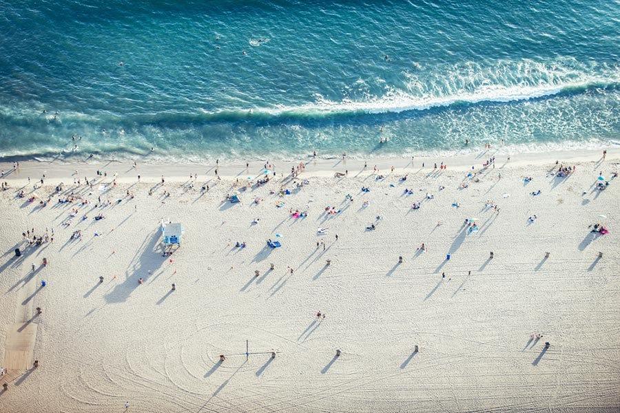 vue aérienne du rivage de la plage et des gens