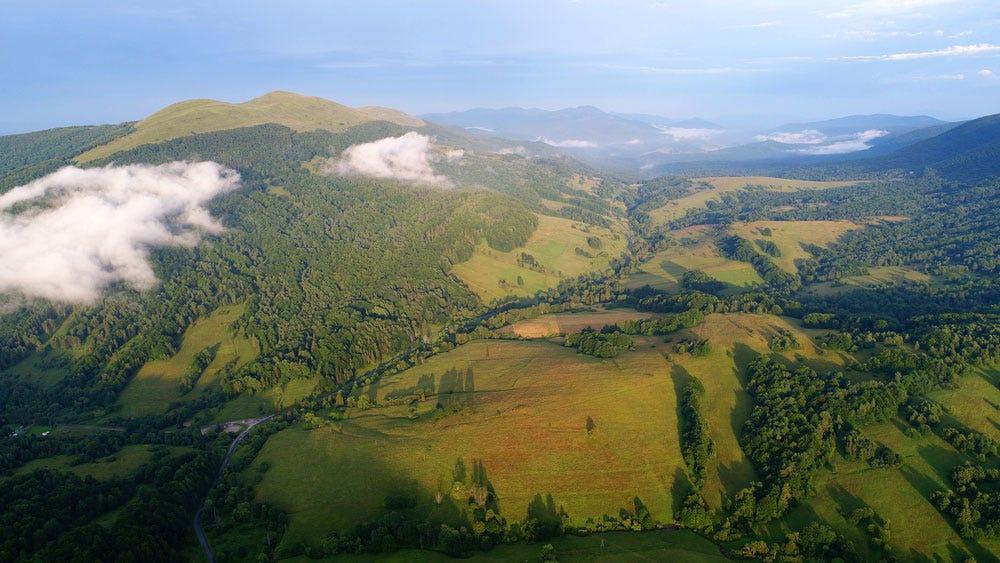 беспилотная аэрофотосъемка зеленых холмов и гор
