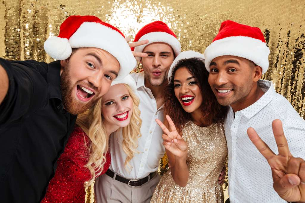 DIY Photo Booth: How to Make a Photo Booth for Holiday Parties