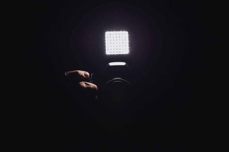 एक अंधेरे कमरे में एक एलईडी लाइट से लैस कैमरा