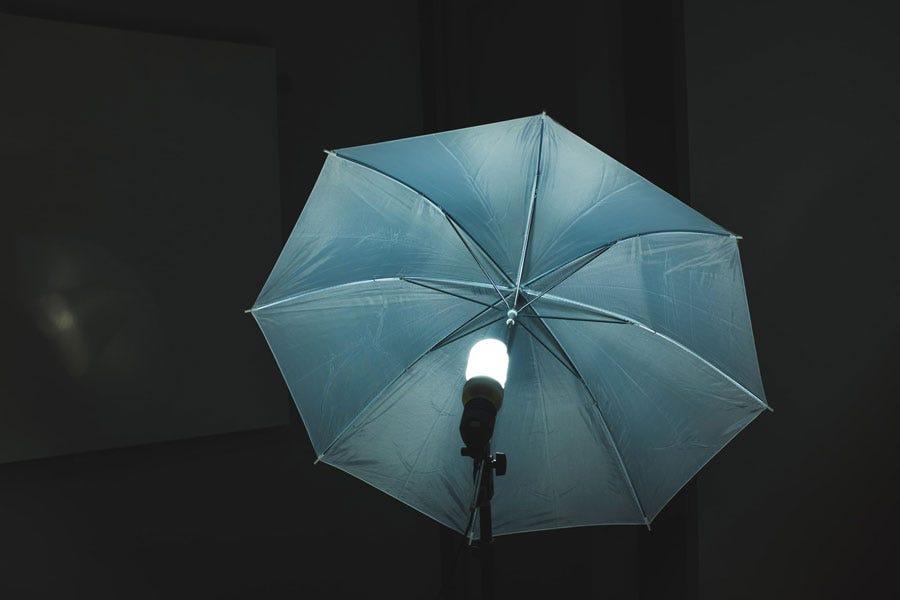 एक अंधेरे कमरे में छाता प्रकाश