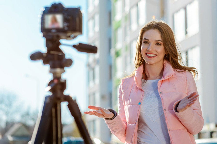 वॉगिंग कैमरे के सामने बोलती महिला