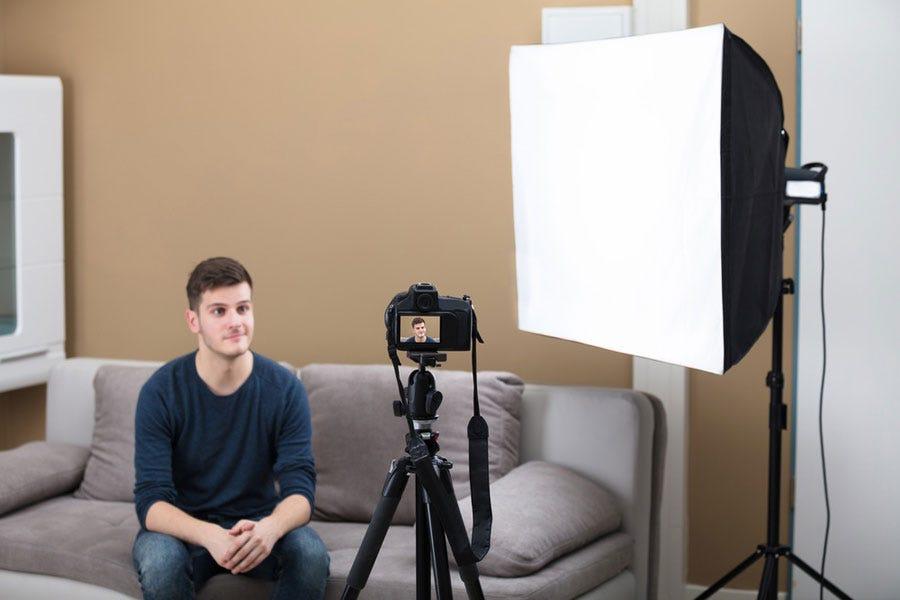 एक कैमरे और सॉफ्टबॉक्स के सामने फिल्मांकन करना